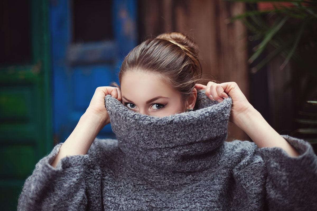 duży sweter damski koloru szarego